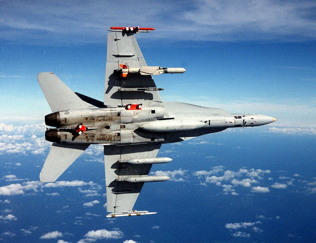 F/A-18C SLAM-ER Rakete und AWW-13 Pods.