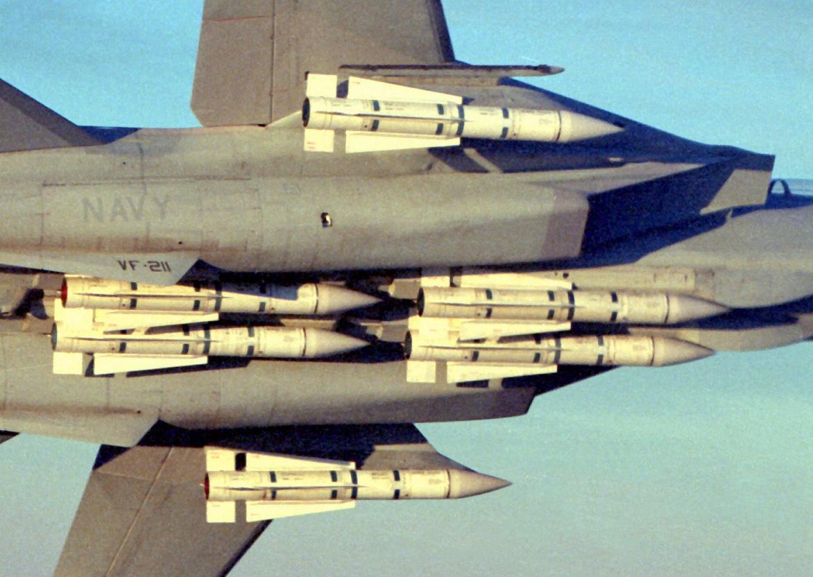 Volle Beladung einer F-14A mit sechs AIM-54 Phoenix Luft-Luft Langstreckenraketen.