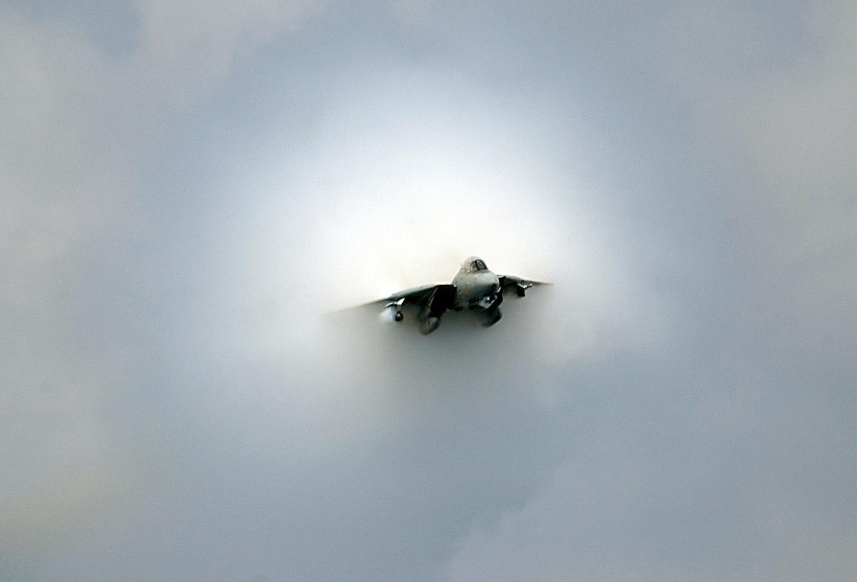 Navy F-14D Tomcat nahe der Schallgeschwindigkeit im Überflug USS Theodore Roosevelt (CVN 71) 2006. Fighter Squadron 31.