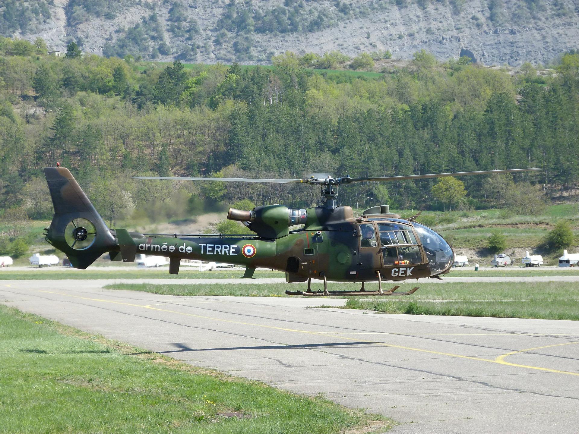 SA-342M Gazelle hebt vom Boden ab.